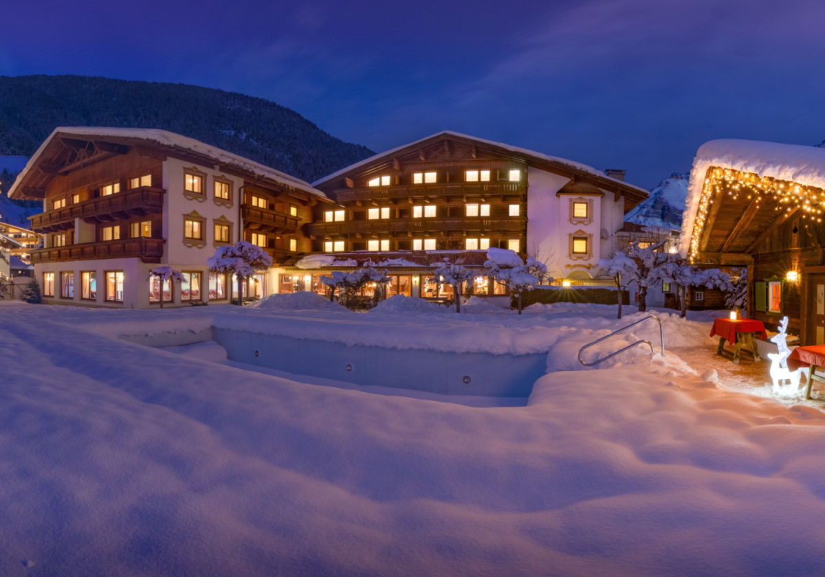 Gartenseite vom Alpenhotel Tirolerhof**** Neustift bei Nacht im Winter